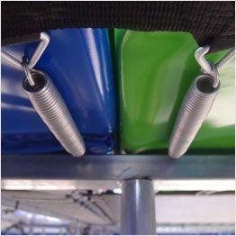 Gros plan sur ressorts des batteries de trampolines