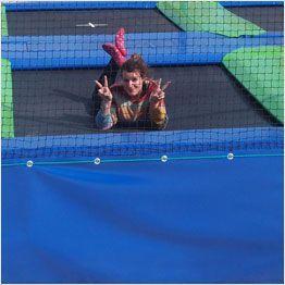 Toile de saut des batterie de trampolines vue de loin